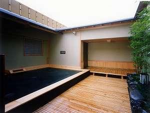 最上階の富士山溶岩露天風呂。富士山溶岩の遠赤外線効果で身体はポカポカに遠赤外線放射材:特許取得済