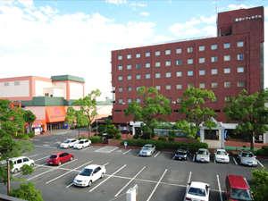 広々無料駐車場完備!ホテルに隣接したショッピングセンターでお買い物も♪