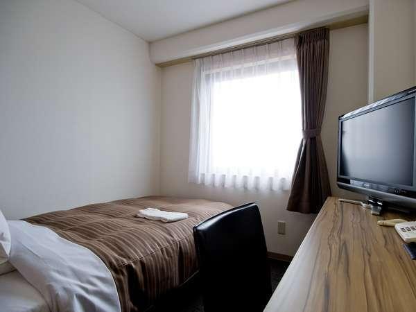 11㎡のエコノミー・シングルルーム。120cm幅サーター社製ベッド、32インチ液晶TVを完備。