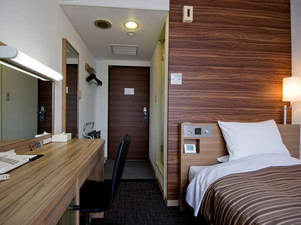 13㎡のスタンダード・シングルルーム。120cm幅サーター社製ベッド、32インチ液晶TVを完備。