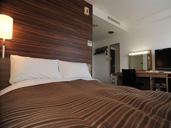 13㎡のダブルルーム。ベッドは全米ホテルシェアNo.1サーター社製140cm導入