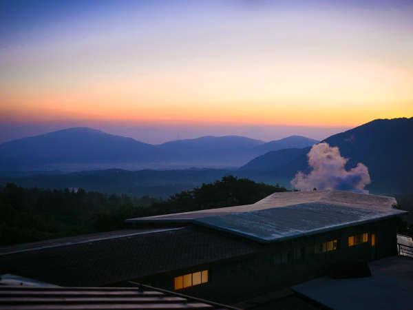 朝もやにけぶる、九重の山々。一瞬を切り取る、この 【絶景】 の美しさ