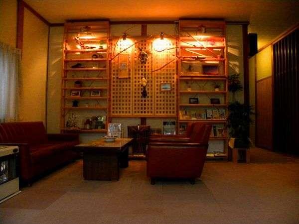 ロビーには流木や若手陶芸家の作品が飾られています。