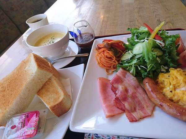手作りの朝食(洋食) 厚切りトーストを新鮮サラダとご一緒に