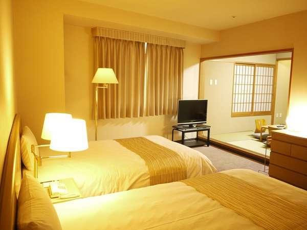 【最上階和洋室(例)】ツイン+6帖和室のお部屋。畳で寛ぎ、ベットで一休み。思い思いの時間をどうぞ。