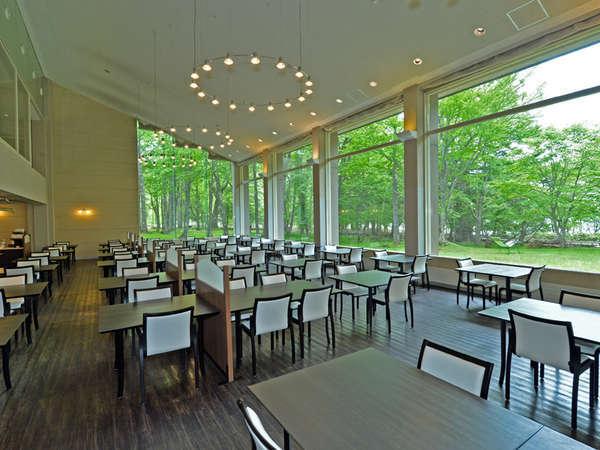 【レストラン】 湖側に開けた大きな窓、奥日光の四季を間近に感じていただけます。