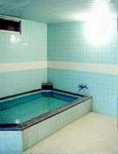 クリーンなゆったり広めの浴場でのびのびリラックス