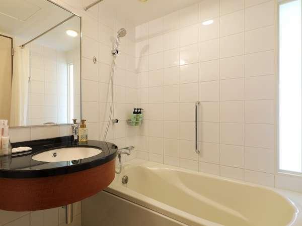 【ツイン・ダブルルーム】一日の疲れを癒してくれる機能的なバスルーム。