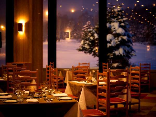 東館メインダイニングルーム 夕食の雰囲気