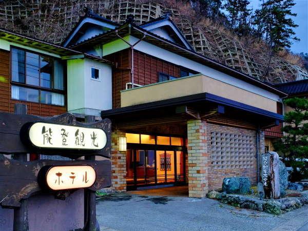 ホテル外観正面が日本海♪穏やかな夕日の時や時には荒海と自然を楽しむことができます。