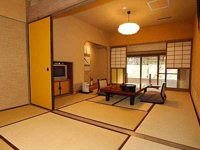 母屋和室16畳のお部屋です。母屋客室は基本10畳ですが、4名様~5名ご一室の際はご相談下さいませ。
