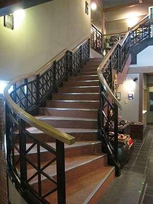 ロビーから2階へ通じる洋風階段