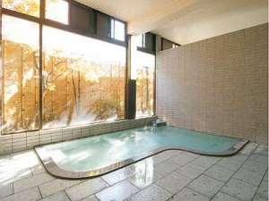 風呂は明るく、大きな窓から陽の光が湯浴みを更に清々しくします