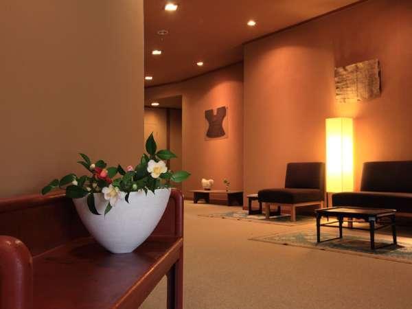 花で彩られた館内と芸術の空間で心を豊かなひとときを