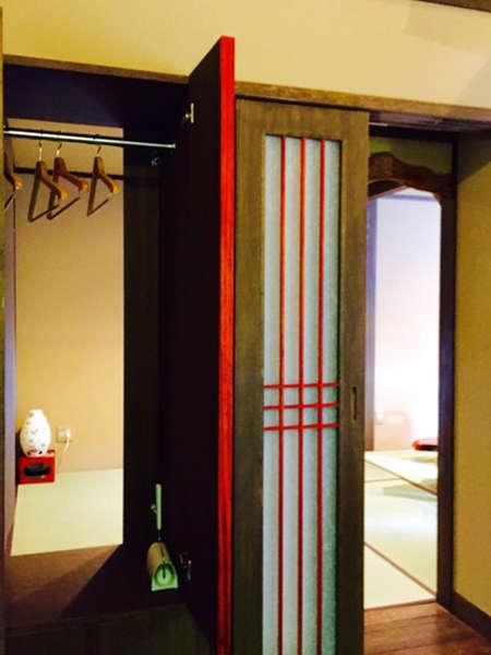 離れ【初子】玄関を入ると、和室からも玄関側からも出し入れ自由のクローゼット!