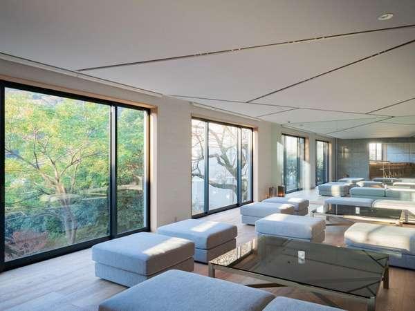 ラウンジ 大きな窓を通して内と外の風景は一つ、インテリアには自然のエッセンスがちりばめられています