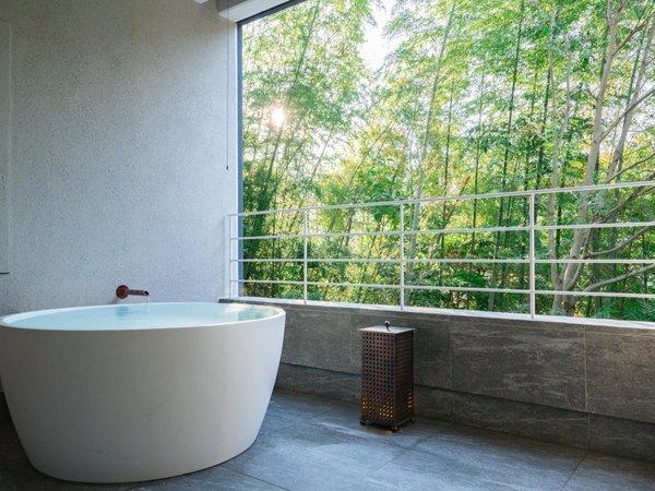 客室露天風呂 木立のツイン 露天風呂につかっていると次第にに湯河原の自然に溶け込んでいきます