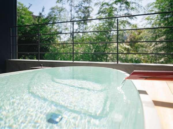 露天風呂付き客室 山水のツイン 露天風呂に湯河原の自然が注がれます