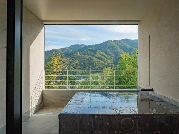 客室露天風呂 三輪のスイート 花と鹿の絵付けタイルであつらえた露天風呂
