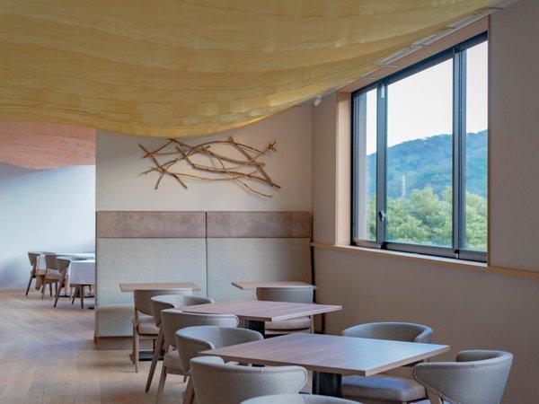 レストラン 朝は光と供にできるだけオープンな空間に