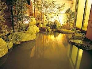 黄金色の湯の露天風呂。昼と夜では趣の違う雰囲気を楽しめる。