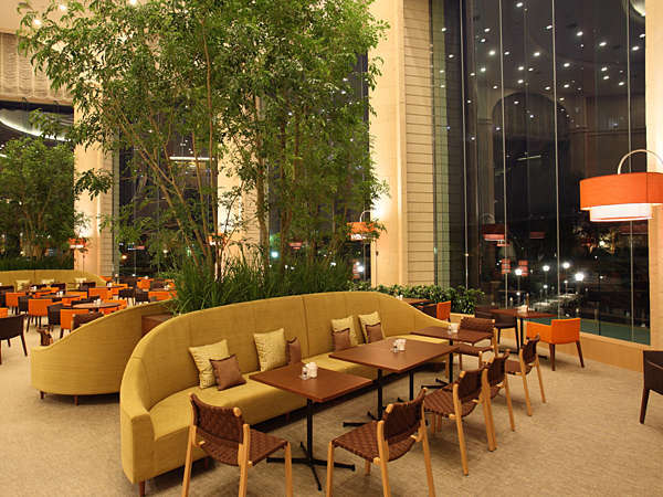 夜は落ち着いた雰囲気の1階洋食「カフェテラスカメリア」