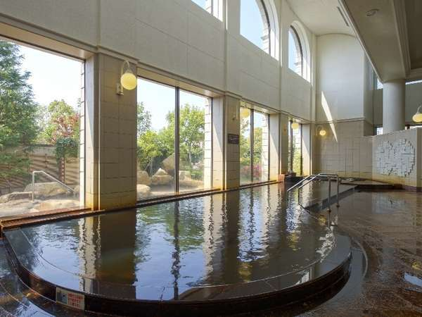 鉄分・マンガンを豊富に含む黄金色の天然温泉