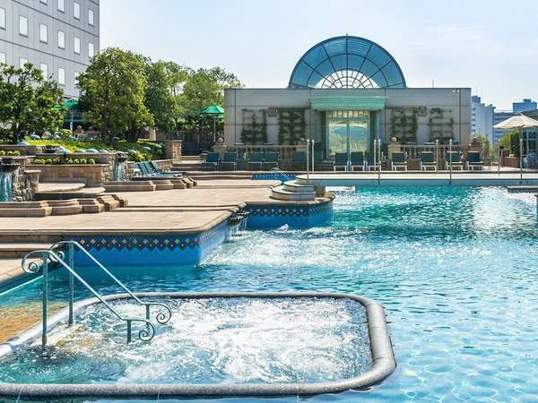 都内最大級の2,000平米を誇るガーデンプールは夏季のみ営業 ※年齢制限3歳以上・有料