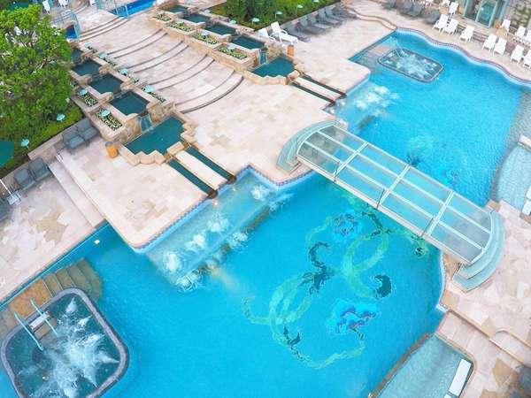 都内最大級の2,000平米を誇るガーデンプールは夏季のみ営業!