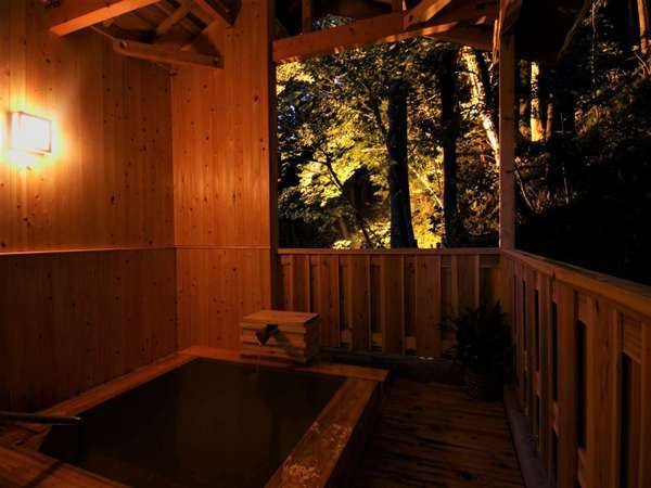 桧で造られた贅沢な貸切露天風呂。四季折々の違った景色をお楽しみいただけます。
