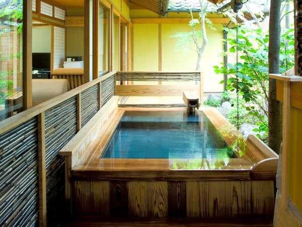 由布の自然を楽しみながら湯に浸れます。(客室露天一例)