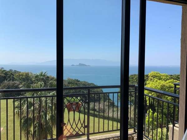 海側のお部屋からは枇榔島を望む事ができます。