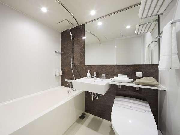 落ち着いたマーブル調のバスルーム