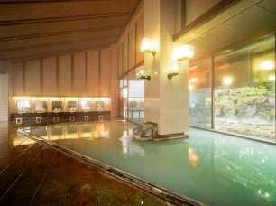 秘湯「乳頭温泉」から直接引き湯しているお湯を掛け流し。広々とした内風呂です。
