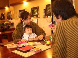 寛ぎコーナーでは、お茶を飲みながら、折り紙などで遊べます。