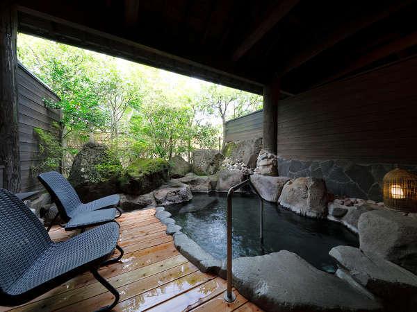 男女別大浴場:露天風呂も完備の源泉かけ流しの湯。移ろいゆく四季の風情とともにごゆるりとどうぞ
