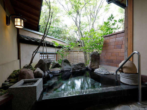 離れ特別室(露天風呂):しっとりと詫び寂びの情緒漂う庭園を眺める、至福のひととき。