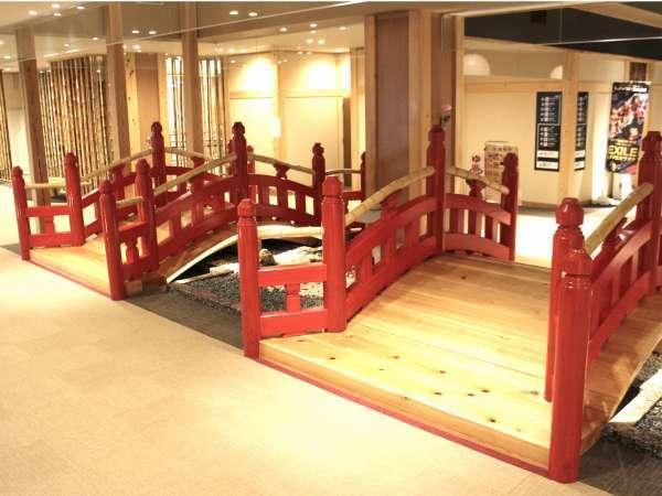アーチ型の赤い太鼓橋。転ばないで渡り切るにはコツが要ります。滑りやすいので転倒注意。