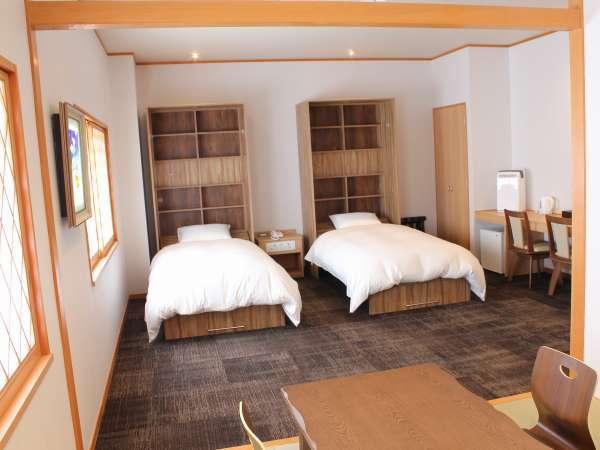 和洋室(ROYAL):洋室のベッドルームと畳敷きの和室からなる和洋折衷のお部屋です。