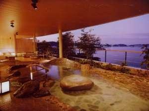 【風見の湯 露天風呂】 季節・時間ごとにその姿を刻々と変える鳥羽湾が楽しめます。