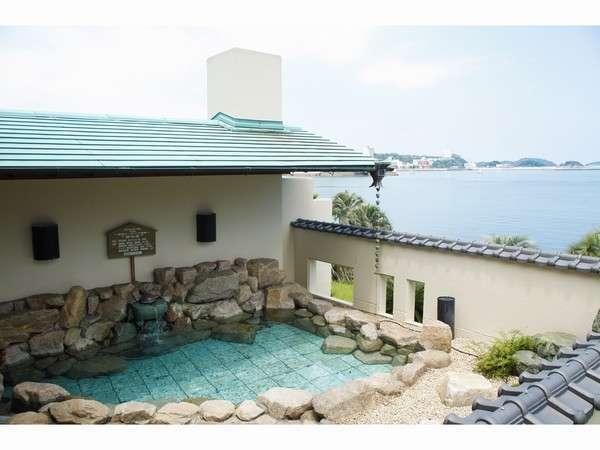 【岬の湯 露天風呂】 最も海に近いお風呂。海の香り・潮風・波の音が心地よいシンフォニーを奏でます