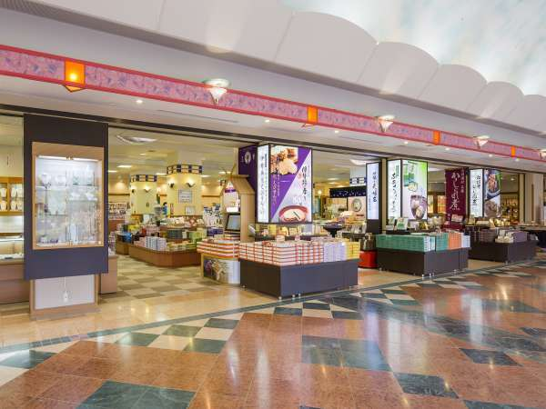 「シーサイドショップ」7:00~21:30 海産物やお菓子などオリジナル商品あり。朝市も併設