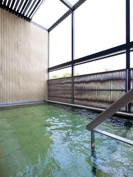 """大浴場に隣接する""""露天風呂(天然温泉)""""です。※運び湯を使用"""