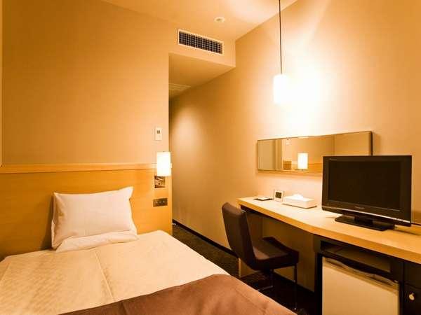 【スタンダードシングル・13平米】シンプルで機能的な客室には120㎝幅セミダブルサイズベッドをご用意