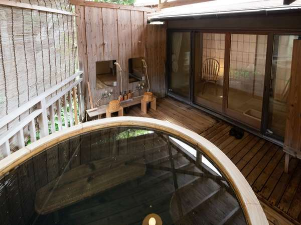 【風呂】離れ特別室「海南荘」の客室露天風呂(樽風呂)
