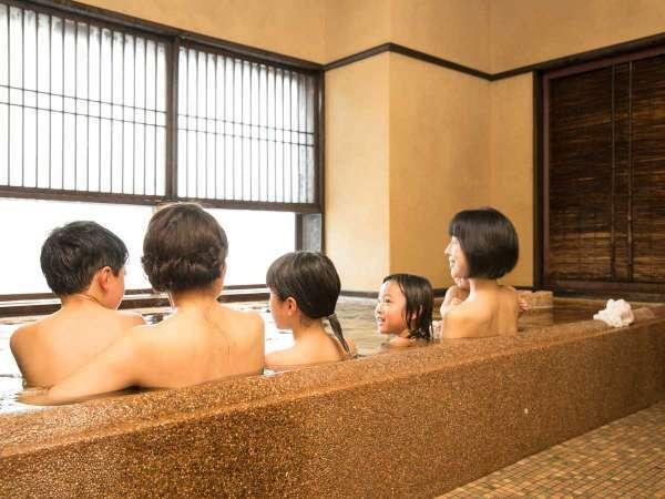 家族みんなで入ってもゆったり湯船の貸切風呂