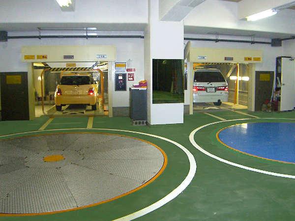 ホテル併設の立体駐車施設。その他、ワゴン、RV車から大型バスまで駐車可能な平面駐車場があります。