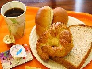 6:00~9:30 3Fロビーにて無料の軽朝食をご提供。客室にてお召し上がり下さい(ロビー飲食不可)