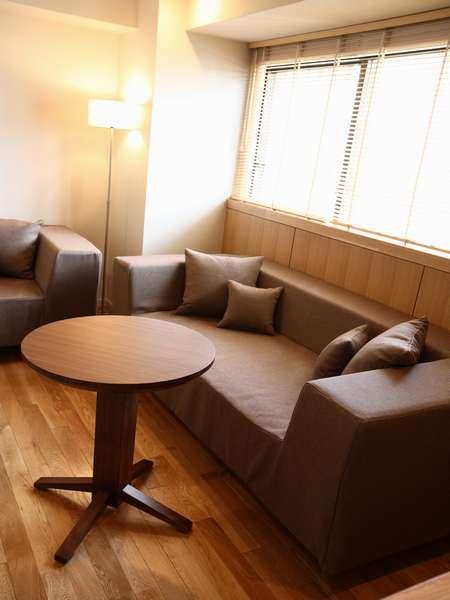 3名・4名様以上でご利用の場合はこちらのソファをベッドとしてご利用頂けます