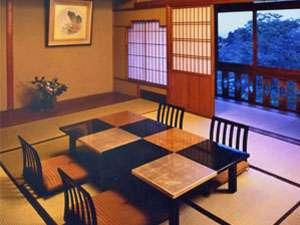 日本画家「竹内栖鳳」のデザイン。縁側は明るいガラス障子。化粧屋根裏天井は一見の価値があります。